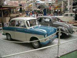 """VolkesWagen Ost (Trabant P50/1, 1959) und West (""""Brezelkäfer"""", 1951)"""