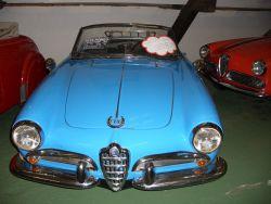Eine Alfa Romeo Giulietta Spider mit Fritz B. Busch Glücksbringer